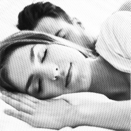 paar schläft ruhig nebeneinander