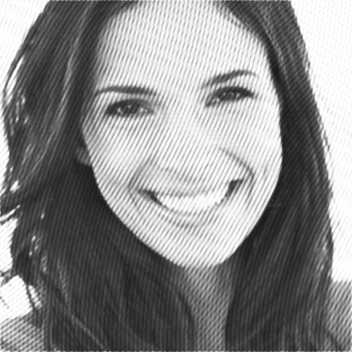 transparente schienen zur zahnfehlstellungskorrektur, junge frau zeigt ihr lächeln